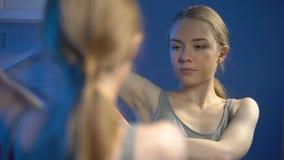 Attraktiv kvinna som besprutar deodorantunderarmen, personlig hygien, friskhet stock video