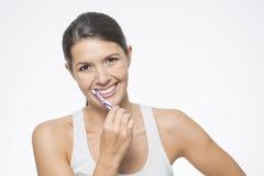 Attraktiv kvinna som borstar hennes tänder Arkivfoto