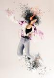 Attraktiv kvinna som dansar till hennes musik Royaltyfri Bild