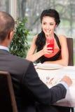 Attraktiv kvinna som dricker fruktsaft med sugrör Arkivfoton