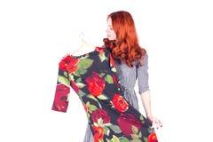Attraktiv kvinna som försöker på den härliga klänningen Royaltyfria Bilder