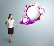 Attraktiv kvinna som framlägger abstrakt utrymme för anförandebubblakopia Arkivbilder