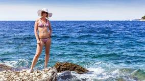 Attraktiv kvinna som går på kusten av medelhavet Arkivfoton