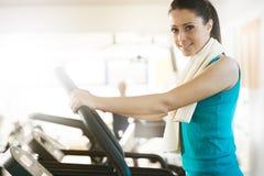 Attraktiv kvinna som gör cardio övning på idrottshallen Royaltyfri Fotografi