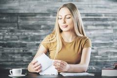 Attraktiv kvinna som gör skrivbordsarbete Royaltyfri Foto