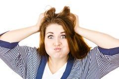 Attraktiv kvinna som har ilsket frustrerat framsidauttryck fotografering för bildbyråer