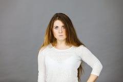 Attraktiv kvinna som har ilsket frustrerat framsidauttryck arkivfoton