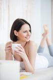 Attraktiv kvinna som har kaffe hemma Royaltyfri Foto