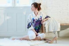 Attraktiv kvinna som hemma dagdrömmer Royaltyfri Fotografi