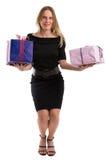 Attraktiv kvinna som jonglerar stora gåvapackar som isoleras på vit Royaltyfri Foto