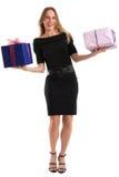 Attraktiv kvinna som jonglerar stora gåvapackar som isoleras på vit Arkivbilder
