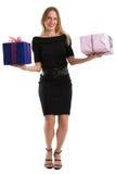 Attraktiv kvinna som jonglerar stora gåvapackar som isoleras på vit Royaltyfria Bilder