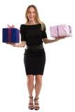 Attraktiv kvinna som jonglerar stora gåvapackar som isoleras på vit Royaltyfria Foton