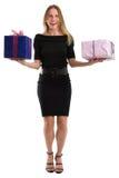 Attraktiv kvinna som jonglerar stora gåvapackar som isoleras på vit Arkivfoton