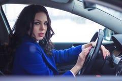 Attraktiv kvinna som kör en bil Arkivfoto