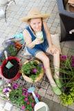 Attraktiv kvinna som lägger in upp houseplants i vår Arkivfoto