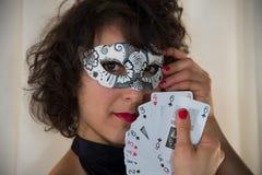 Attraktiv kvinna som ler med karnevalmaskeringen fotografering för bildbyråer