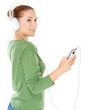 Attraktiv kvinna som lyssnar till musik Fotografering för Bildbyråer