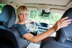 Attraktiv kvinna som parkerar hennes bil arkivbilder