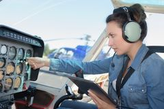 Attraktiv kvinna som pilotsitting i helikopter Royaltyfri Bild