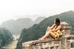 Attraktiv kvinna som poserar i bergen av nordliga Vietnam askfat royaltyfri foto