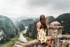 Attraktiv kvinna som poserar i bergen av nordliga Vietnam royaltyfria bilder
