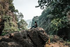 Attraktiv kvinna som poserar i bergen av nordliga Vietnam royaltyfri fotografi