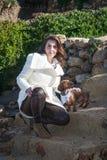 Attraktiv kvinna som poserar i fältet Royaltyfri Foto