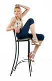 Attraktiv kvinna som poserar i stol Fotografering för Bildbyråer