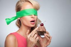 Attraktiv kvinna som poserar med kakan Royaltyfria Foton