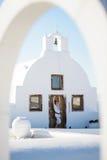 Attraktiv kvinna som poserar vid den kyrkliga dörren Arkivfoton