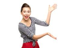 Attraktiv kvinna som presenterar något Fotografering för Bildbyråer