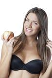 Attraktiv kvinna som rymmer ett äpple royaltyfri fotografi