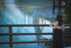 Attraktiv kvinna som ser in mot sjön Arkivfoto