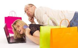 Attraktiv kvinna som shoppar över internet Arkivbild