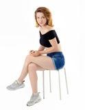 Attraktiv kvinna som sitter tillfälligt Royaltyfria Bilder