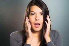 Attraktiv kvinna som skriker i skräck Arkivbilder