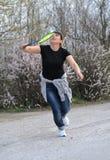Attraktiv kvinna som spelar badminton Arkivbild