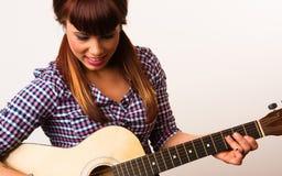Attraktiv kvinna som spelar den akustiska musikern för gitarr Royaltyfria Bilder