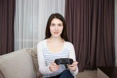 Attraktiv kvinna som spelar videogames fotografering för bildbyråer
