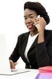 Attraktiv kvinna som talar på telefonen Royaltyfria Bilder