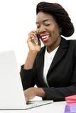 Attraktiv kvinna som talar på telefonen Fotografering för Bildbyråer