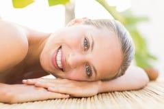 Attraktiv kvinna som tillbaka får massage på henne royaltyfria bilder