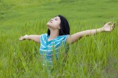 Attraktiv kvinna som tycker om frihet i natur Arkivbild