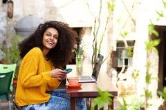 Attraktiv kvinna som tycker om hennes fria tid på kafét Arkivfoton