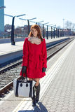 Attraktiv kvinna som väntar ett drev på stationen Arkivbild