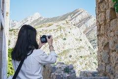 Attraktiv kvinnablogger som gör foto av härlig berglandsape arkivbilder