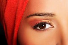 Attraktiv kvinnas öga. Kvinna i turban. Closeup. Fotografering för Bildbyråer