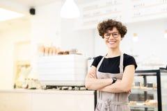 Attraktiv kvinnlig barista i coffee shop royaltyfri foto
