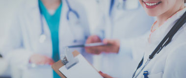 Attraktiv kvinnlig doktor framme av den medicinska gruppen Royaltyfri Fotografi